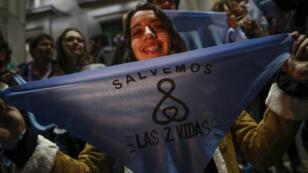 Decenas de personas, integrantes de grupos contra la aprobación del aborto legal, participan en una concentración frente a la Facultad de Derecho de la Universidad de Buenos Aires, Argentina, el 6 de agosto de 2018.