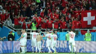 Jugadores suizos celebran con su afición