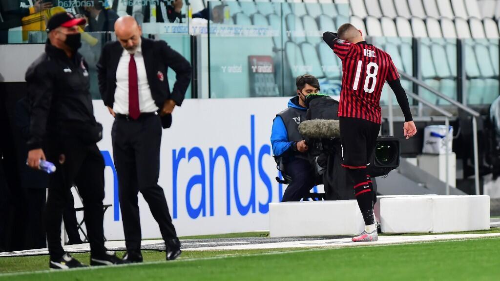 El jugador croata del Milan, Ante Rebic, se marcha del campo después de haber sido expulsado contra la Juventus. Turín, Italia, 12 de junio 2020.