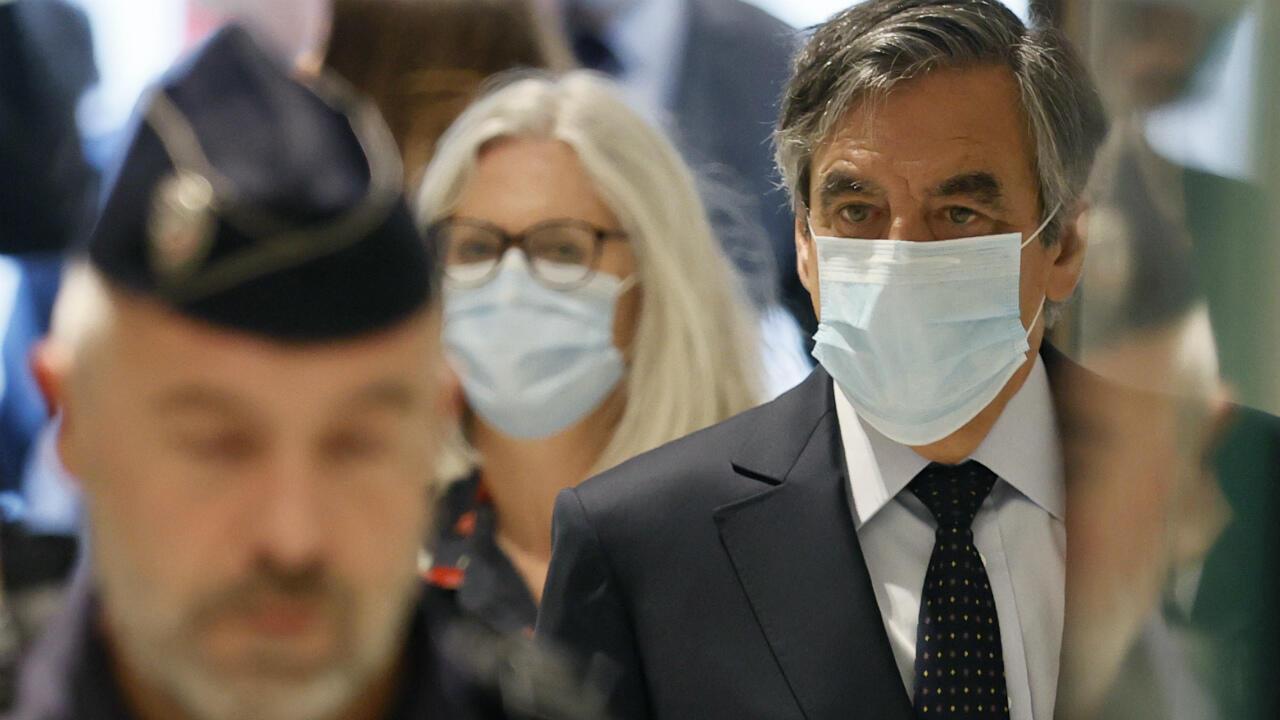 El ex primer ministro francés Francois Fillon y su esposa Penélope Fillon llegan al juzgado de París el 29 de junio de 2020.