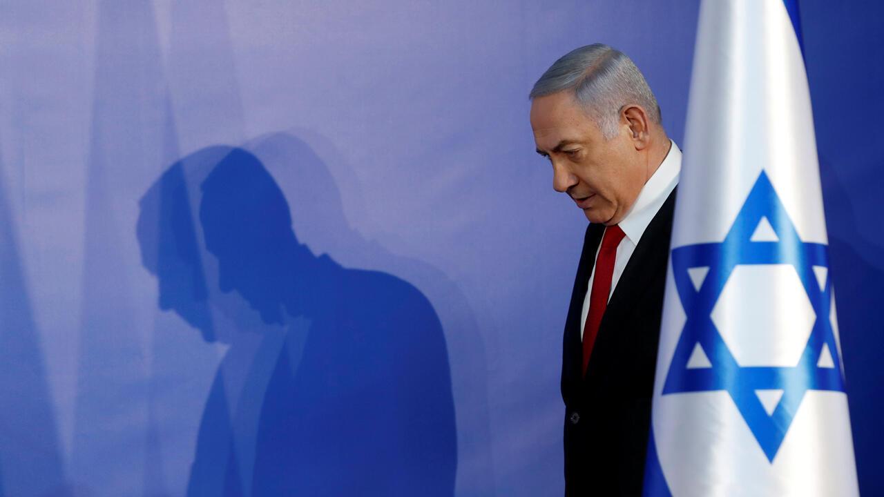 El primer ministro israelí, Benjamin Netanyahu, llega para entregar una declaración a los medios de comunicación en su residencia en Jerusalén el 28 de febrero de 2019.