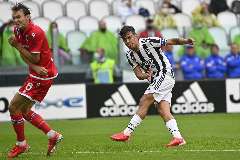 Paulo Dybala apre le marcature per la Juventus contro lo Zamboria Genoa a Torino il 26 settembre 2021