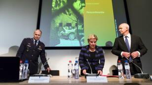 Le chef du renseignement militaire Onno Eichelsheim, le ministre de la Défense Ank Bijleveld et l'ambassadeur britannique Peter Wilson, jeudi 4 octobre 2018, à La Haye.