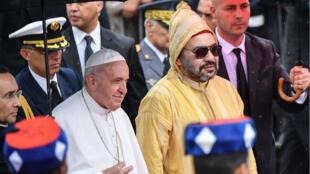 البابا فرنسيس والملك محمد السادس في الرباط، في 30 مارس/آذار 2019.