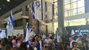 Des manifestants au siège d'Orange Israël, jeudi 4 juin.
