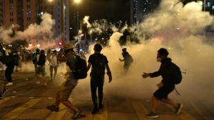 Las autoridades disparan gases lacrimógenos para dispersar a los manifestantes. 10 de agosto de 2019.