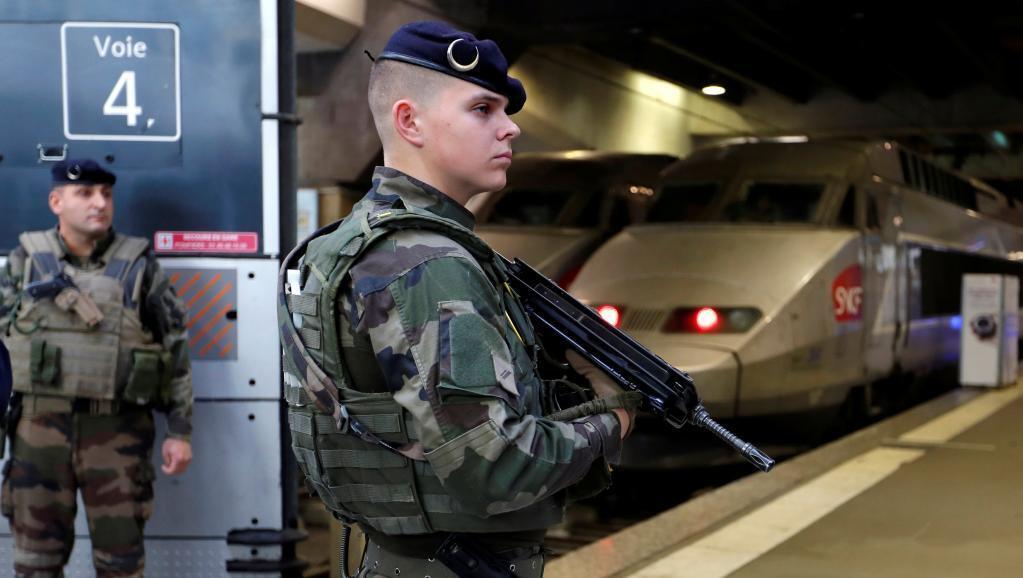 Soldados de la operación Sentinelle, en la estación de trenes Montparnasse, en París.
