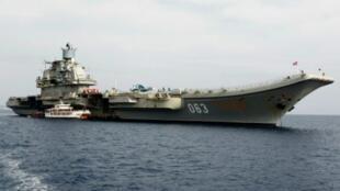 """حاملة الطائرات """"أميرال كوزينتسوف"""" في طريقها إلى شرق البحر المتوسط."""