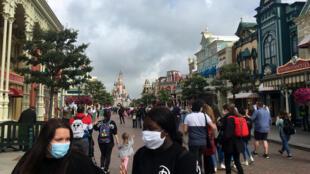 Unos visitantes con mascarilla recorren la calle principal de Disneyland Paris, en Marne la Vallée, a las afueras de la capital francesa, el 15 de julio de 2020