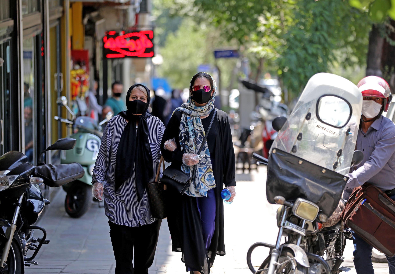 Des Iraniennes marchent masquées dans les rues de Téhéran, le 1er juillet 2020.