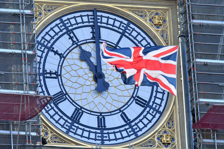 العلم البريطاني يرفرف أمام ساعة بيغ بن الشهيرة في لندن في 28 كانون الثاني/يناير 2020