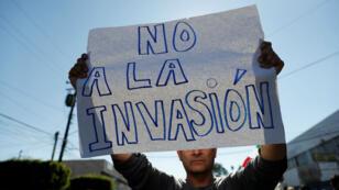"""Un manifestante sostiene un cartel que dice """"No a la invasión"""" durante una protesta contra los migrantes. Foto tomada el 18 de noviembre."""