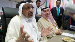 El ministro de petróleo de Arabia Saudita, Khalid al-Falih, habla con los periodistas antes de la reunión de la OPEP en Viena, Austria, el 22 de junio de 2018.