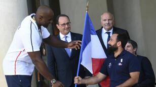 Michaël Jeremiasz s'est vu remettre des mains du judoka Teddy Riner le drapeau français, qu'il brandira à la cérémonie d'ouverture des Jeux paralympiques, le 7 septembre à Rio.