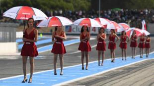 Des hôtesses lors de la course du Bol d'Or, au Castellet en 2017.