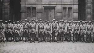 Des soldats venus participer au défilé de la victoire rassemblés à la mairie du 4e arrondissement, le 13 juillet 1919.