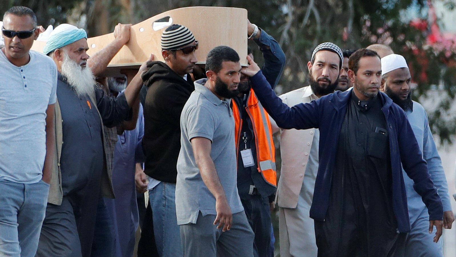 El 20 de marzo de 2019, miembros de la comunidad musulmana en Nueva Zelanda acuden a los primeros funerales de las víctimas de la masacre contra dos mezquitas, en Christchurch,ocurrida el pasado 15 de marzo.