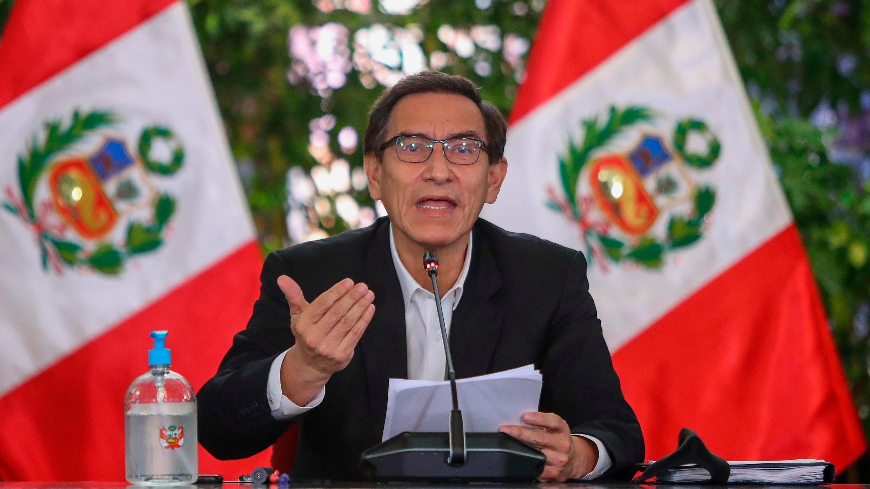 Fotografía cedida por la presidencia del Perú que muestra al presidente del país, Martín Vizcarra, en Lima (Perú).