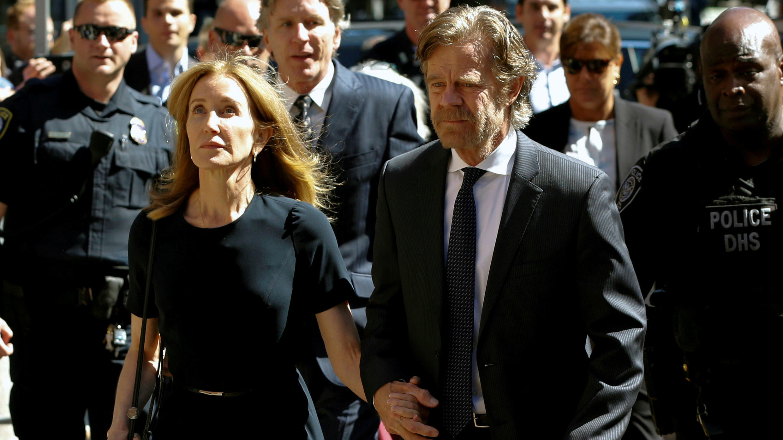 La actriz Felicity Huffman llega a la corte federal con su esposo William H. Macy, antes de ser sentenciada por su participación en una red de sobornos en Boston, Massachusetts, EE. UU., el 13 de septiembre de 2019.