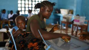 Ciudadanos sierraleoneses acudieron masivamente a ejercer su derecho al voto