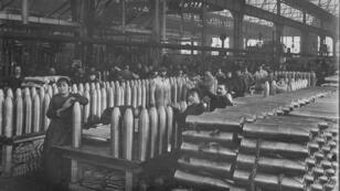 Fábrica de proyectiles de artllería en Saint-Etienne, Francia, en 1916.
