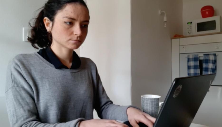 Julie Chabret, estudiante de último año de medicina de Marsella, hace sus prácticas en dos consultorios en el sur de Francia. Las consultas son ahora mayoritariamente en línea pero no duda de que el Gobierno pueda llamarla para apoyar al personal médico en el hospital de Avignon.