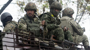 Soldats ukrainiens sur un blindé près de Donestk.