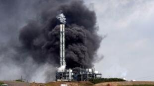 De la fumée s'élève d'un centre de stockage des déchets opéré par l'entreprise Currenta après une explosion, à Leverkusen en Allemagne, le 27 juillet 2021