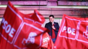 Pedro Sanchez salue ses partisans, le 10novembre2019 à Madrid.