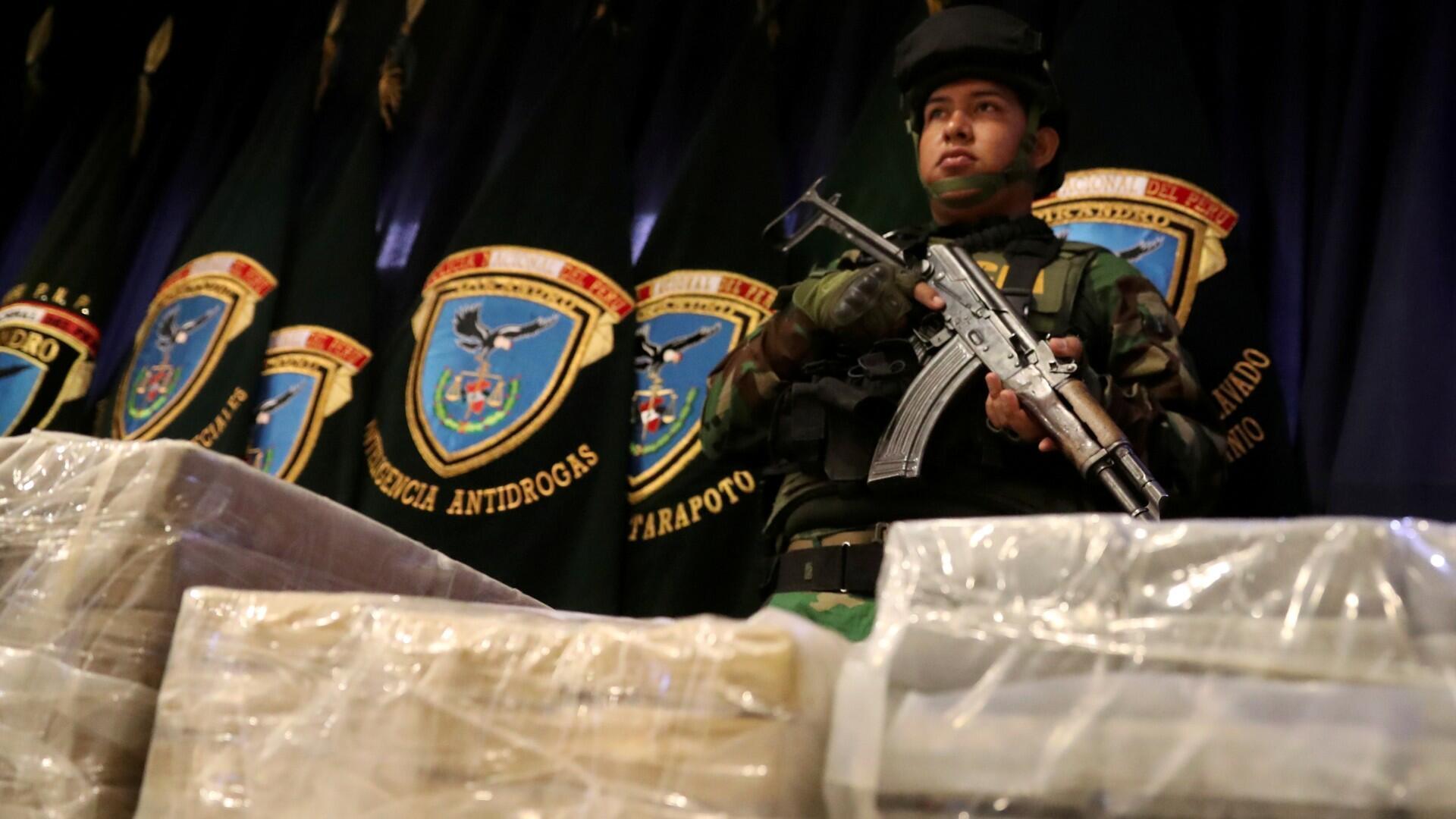 La policía peruana muestra a los medios de comunicación casi dos toneladas de cocaína en la sede de la policía en Lima, Perú, el 8 de marzo de 2019.