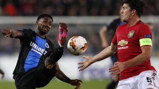 L'attaquant nigérian de Bruges, Emmanuel Bonaventure Dennis (g), lors du 16e de finale de la Ligue Europa face à Manchester United, à Bruges, le 20 février 2020