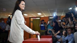 المرشحة للانتخابات الرئاسية  البيلاروسية سفيتلانا تيخانوفسكايا، تدلي بصوتها في مركز اقتراع في مينسك، في 9 آب/أغسطس 2020
