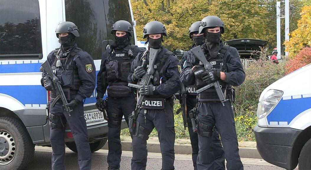 La policía asegura un área después de un tiroteo en la ciudad de Halle, en el este de Alemania, el 9 de octubre de 2019.