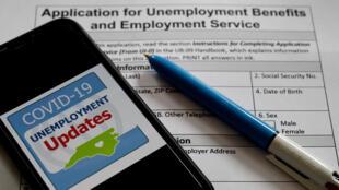Un formulario para solicitar ayuda por desempleo en Estados Unidos, fotografiado el 8 de mayo de 2020 en Arlington (EEUU)