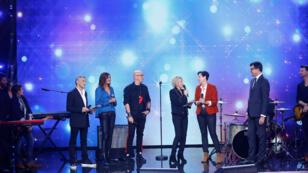 Laurence Tiennot-Herment (en veste rouge), présidente de l'AFM-Téléthon, lors du lancement de l'édition 2018 du Téléthon en compagnie de Nagui, Zazie, Pascal Obispo et Sophie Davant.