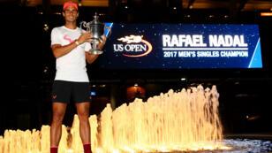 Rafael Nadal pose avec son trophée après sa victoire contre Kevin Anderson, le 10 septembre 2017 à New York.