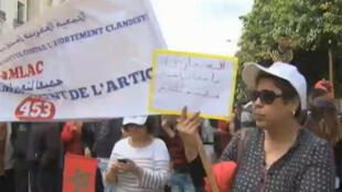 Des militantes réclament le droit de ne pas avorter clandestinement dans les rues de Rabat.
