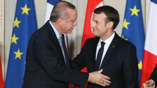 الرئيسين الفرنسي إيمانويل ماكرون والتركي رجب طيب أردوغان في باريس 05 كانون الثاني/يناير 2018.