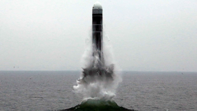 Imagen de lo que parece ser un misil balístico lanzado por un submarino (SLBM) desde en un lugar no revelado en Corea del Norte, el 2 de octubre de 2019.
