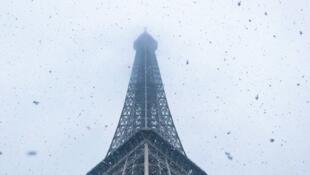 برج إيفل وسط باريس تحت الثلوج