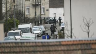 Des policiers patrouillent dans le quartier de Neudorf, à Strasbourg.