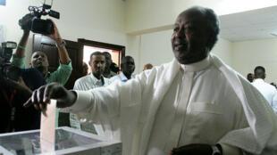 Le président Ismaïl Omar Guelleh, vendredi 8 avril 2016, dans un bureau de vote de Djibouti.