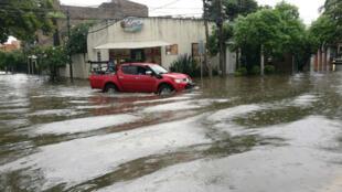 Las principales vías de la ciudad de Santa Cruz permancecen inundadas.