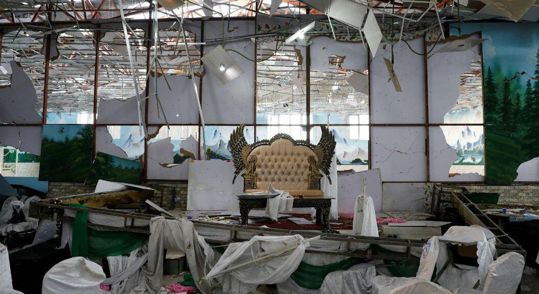 Imagen del escenario dañado de un salón de bodas, el 18 de agosto de 2018, tras el atentado ocurrido un día antes y cuya autoría fue reivindicada por el autodenominado Estado Islámico.