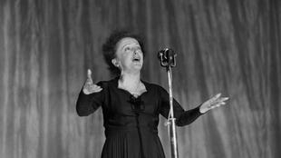 French singer Edith Piaf performs on stage at the Olympia concert hall in Paris on December 30, 1960.