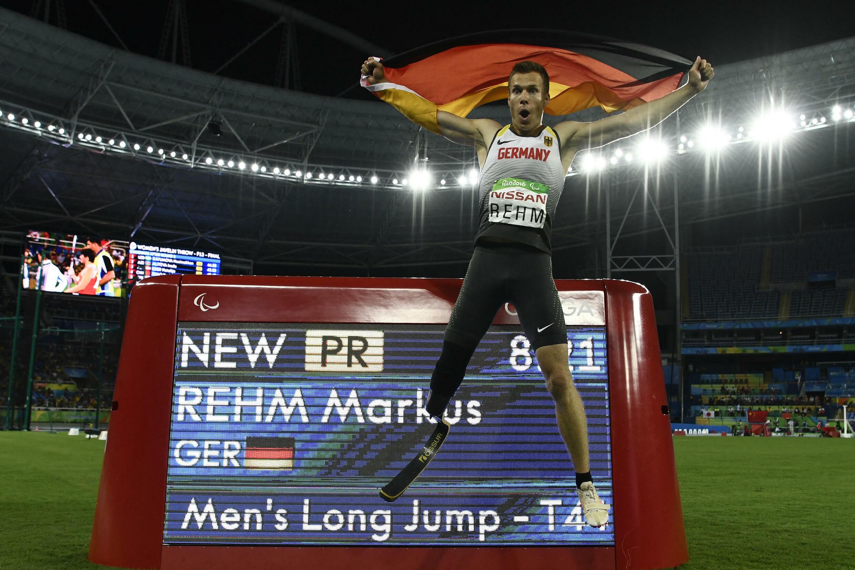 Markus Rehm célèbre sa victoire et son record paralympique, le 16 septembre 2016 à Rio.
