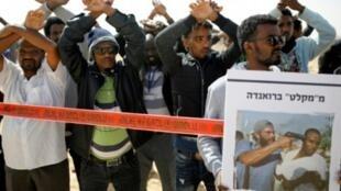 مهاجرون أفارقة يتظاهرون أمام سجن النقب الصحراوي للاجئين الأفارقة في جنوب إسرائيل، 22 شباط/فبراير 2018،