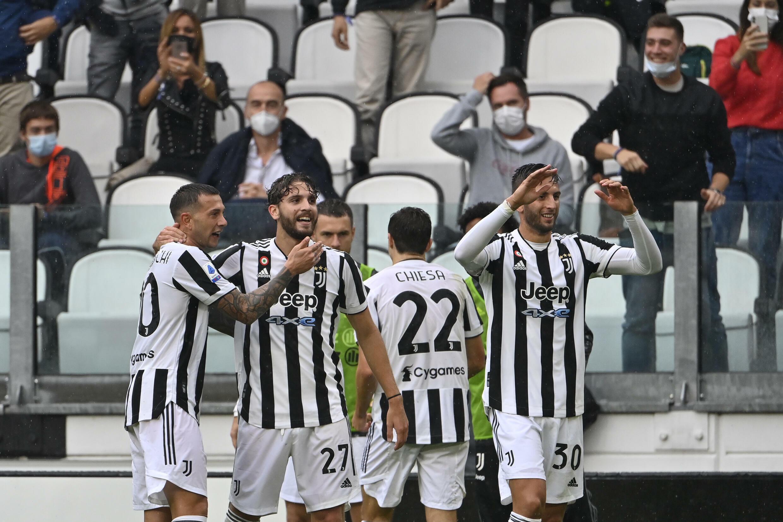 La Juventus esulta allo Juventus Stadium il 26 settembre 2021, dopo aver segnato il 3° gol in casa contro il centrocampista del Torino Manuel Locatelly (2° S) contro lo Zamboria.