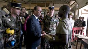 En août 2014, François Hollande avait rencontré des volontaires du bataillon du service militaire adapté de Tsingoni, à Mayotte.