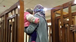 أم جهادية فرنسية تحمل طفلها.